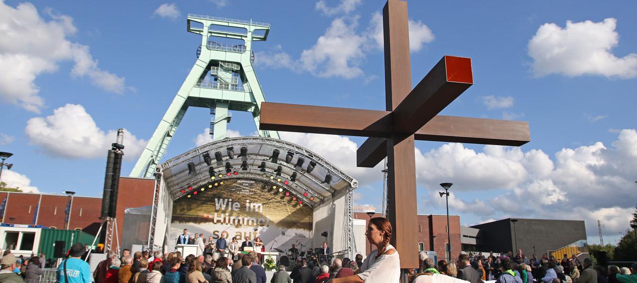 Blick auf die Bühne beim Abschlussgottesdienst unter freiem Himmel zum Ende des eintägigen Ökumenischen Festes in Bochum im September 2017
